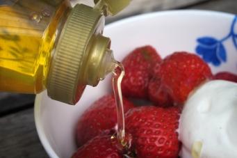 Nyslungad honung till jordgubbarna smakade extra gott denna kalla vår och försommar.